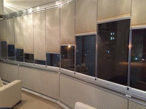 Cam balkon perdesi plise perdeler her cam bölmesi için ayrı ayrı hazırlanmaktadır. Tüm pencerelere uyumlu sistemler kullanılmaktadır. Perde mekanizması olarak alüminyum profil kullanılmakta ve cama monte edilmektedir.