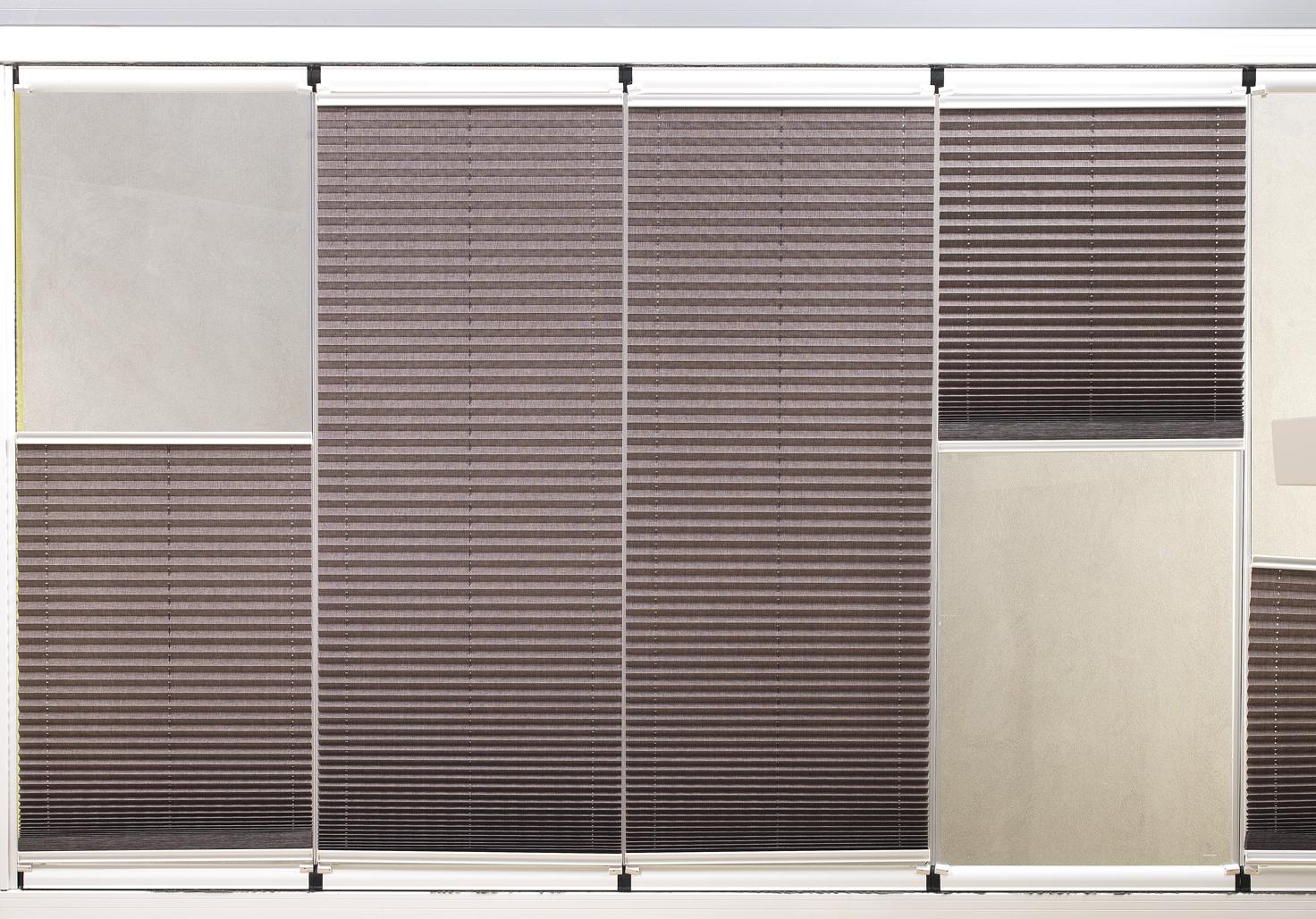 Pencere kanatlarının açılıp kapatılması engellemeyecek, cama sabit olan özel olarak balkon pencereleri için tasarlanan cam balkon perdesi plise perdeler ihtiyacı karşılamaktadır.