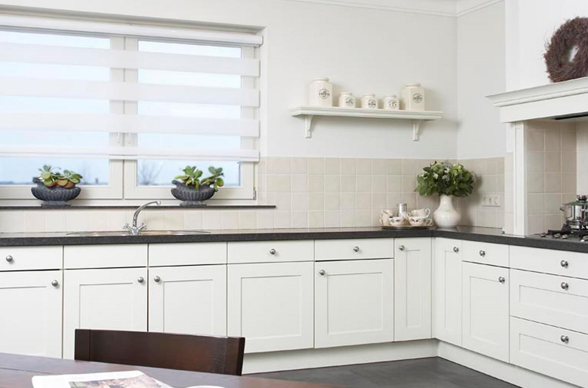 Mutfaklarda düz serisi zebra perde tercihinin en önemli etkeni şüphesiz ki kolay temizlenebilir olmasıdır.