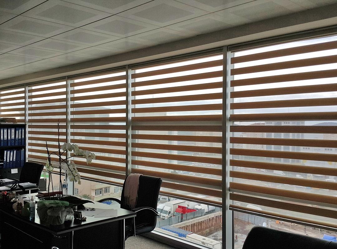 Zebra Perde çeşitlerinden olan bambu şu an resimdeki üründür. Uygulanmış alana hem derinlik katar hemde gün ışığını kesen bir işlevi vardır.