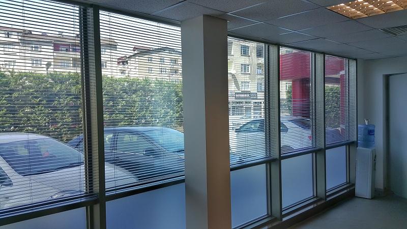 Jaluzi perdeler çok eski olmasına rağmen ofislerde en çok kullanılan perdelerdendir. Bunun sebebi ise kullanılan meteryalin alüminyum olması ve kolay temizlenmesidir.