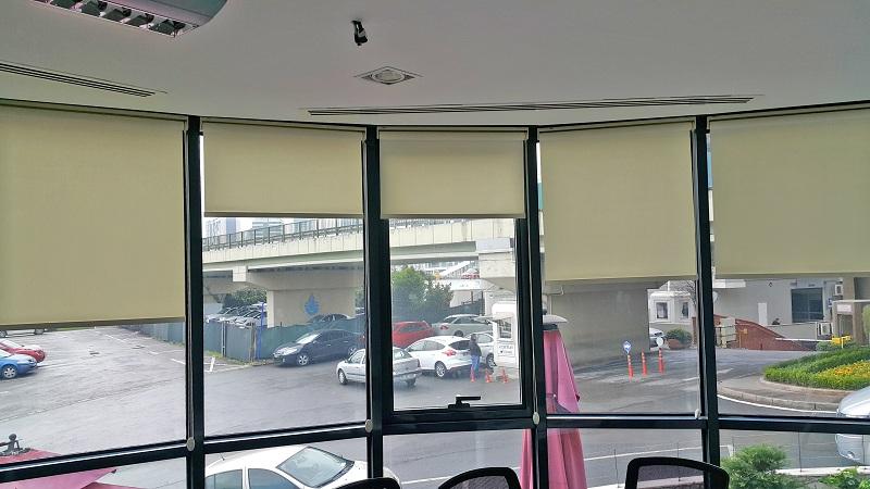 Ofislerde kullanılan stor perdeler oval camlara da rahatlıkla uygulanmaktadır.