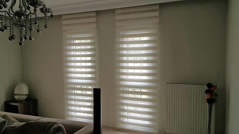 Oturma odasın da kullanılan zebra perde modelleri çok şık ve derin bir görsellik sağlar