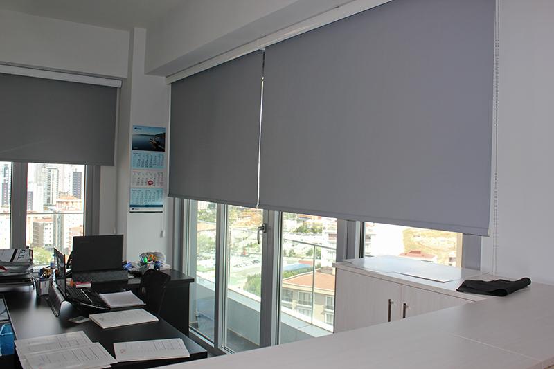 Stor perdeler ofis ve evlerin vazgeçilmezidir. Daha çok güneşlik ihtiyacını görür ofislerde koyu renk kullanımı ışık yansımasını engeller