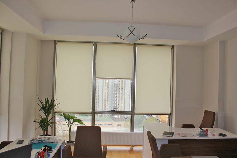 Kartal da uyguladığımız görseldeki bu stor perdeler verdi markasının güneşlik olarak kullanıldığı  yeni seri perdelerdendir