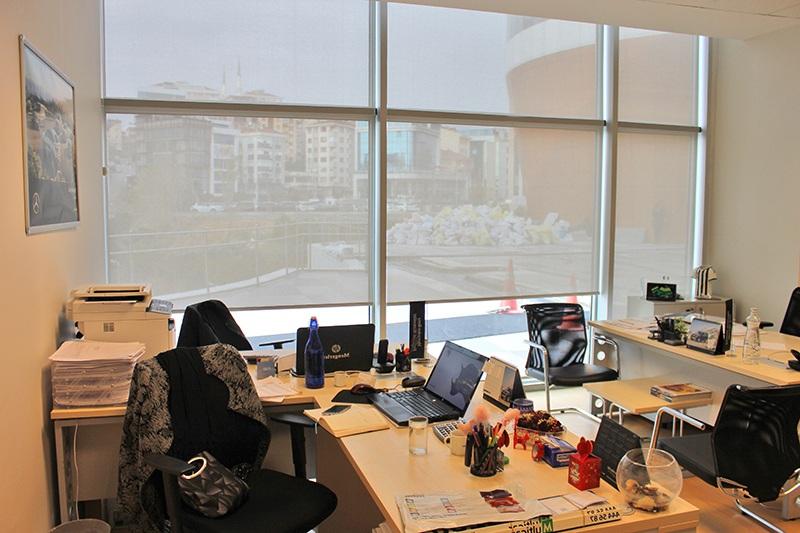 Bostancı da uyguladığımız screen stor perdeler mengerler mercedes firmasının ofislerine nasıl renk kattığını görebilirsiniz