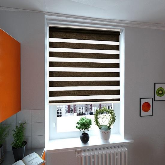 Resimde görüldüğü gibi mutfakta kullanılan bambu zebra perde koyu kahve renginde kullanıldı. Rengarenk bir mutafağa ağar bir duruş sağlayan perdemiz hoş bir görüntü yaratmıştır