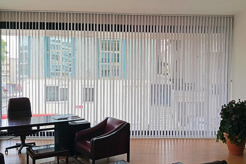Pencerelere şık görüntüler veren dikey perde modelleri aynı zamanda ısı ve ışık kontrolü sağlamakta, enerji tasarrufu gerçekleştirmektedir.