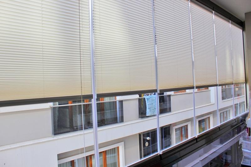 Balkonlarda rahat oturmak, yoğun güneş ısı ve ışığından korunmak için cam balkon perdesi kullanılmaktadır. Armoni perde firması tarafından özel kumaştan yapılan cam balkon perdesi satışları müşterilere sunulmaktadır.