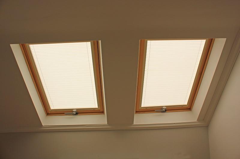 Velüx perde alüminyum profiller hareketli olup güneş ısı ve ışığına göre istendiğinden pencerelerin alt tarafı isttendiğinde üst tarafı açılmaktadır.