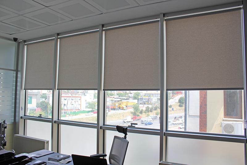 Maltepe e 5 yan yolda bulunan playland firmasına yapılan mat gri stor perde kurumsal bir hava katmış bir yanda da bilgisayar ekranlarına ışığın yansımaması içinde büyük kolaylık sağlamıştır