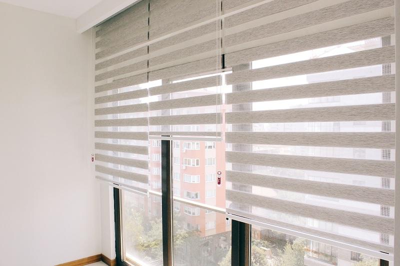 Zebra perde gri olan renk aynı zamanda açık ve kapalı olarak da kullanılır. Bulunduğu alana geniş bir hava katar