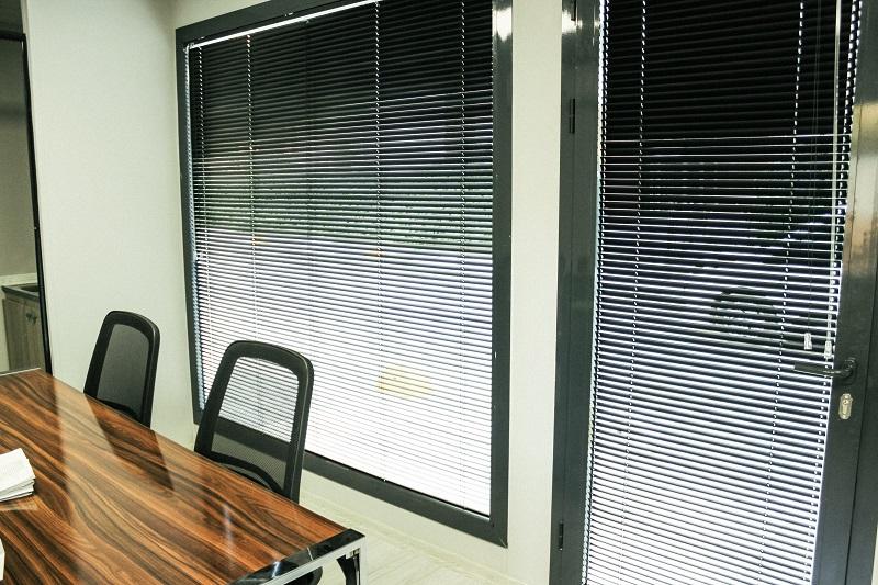 Füme rengi jaluzi perde ofis ortamında şahane duruş sağlamıştır 25 mm cinsi kalın olması farklı bir tarz yaratmıştır