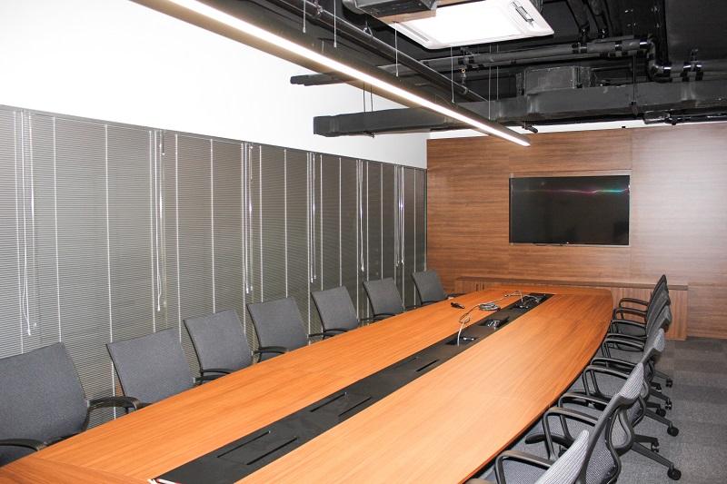 Toplantı odasına uygulanan gri renk alüminyum jaluzi perde ışık kesip projeksiyon cihazı için iyi bir ortam sağlamıştır