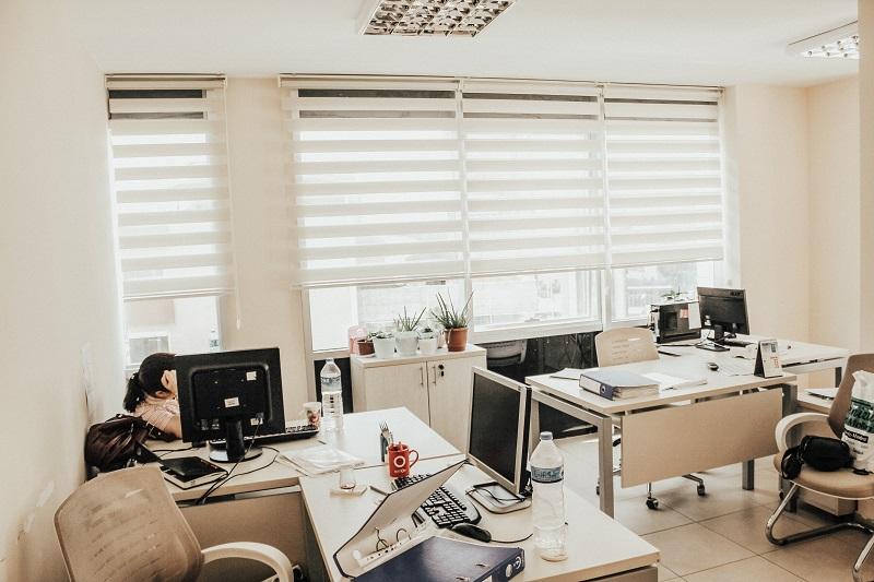 Zebra perde yan yana camlar da duruşu ve görselleri krem renk seçeneği yapılan bu cam da gayet iyi durdu