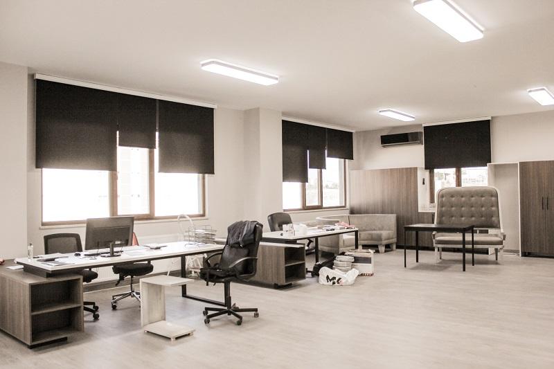 Özellikle iş yerleri için tercih edilen stor perdeler, ofis dekorasyonu anlamında iş yerlerine ilham vermesinin yanında rahat ve prezentabl bir çalışma ortamı da sunması bakımından son derece önem taşır.