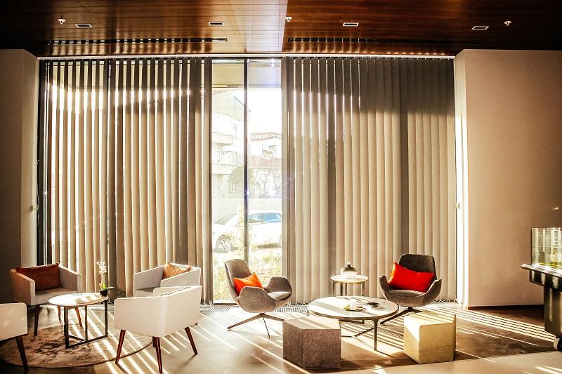 Ofis ve evlerde kullanılan kumaş dikey perde çeşitleri daha çok modern mekanlarda iyi sonuçlar vermektedir. Her türlü stor kumaşından yapılabilmektedir.