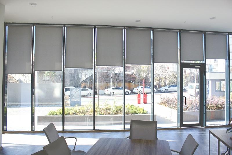 Gri renk stor perdeler ofislerde en çok tercih edilen renktir. Daha kurumsal bir duruşunun olması ve birazda koyu olmasından dolayı ışığı fazla kesmesi bunda etkendir.