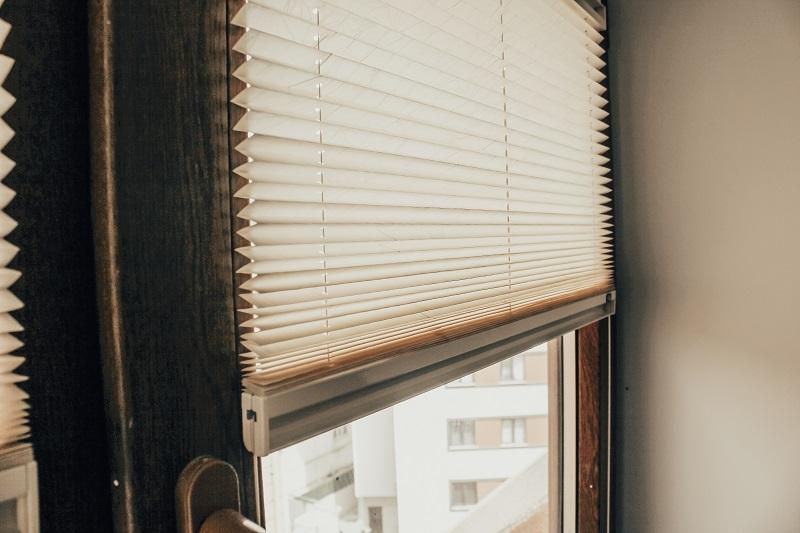 Cam balkonlar için üretilen plise perdeler fotoğraf da da görüldüğü gibi bağzen doğramaya da takılabilir.