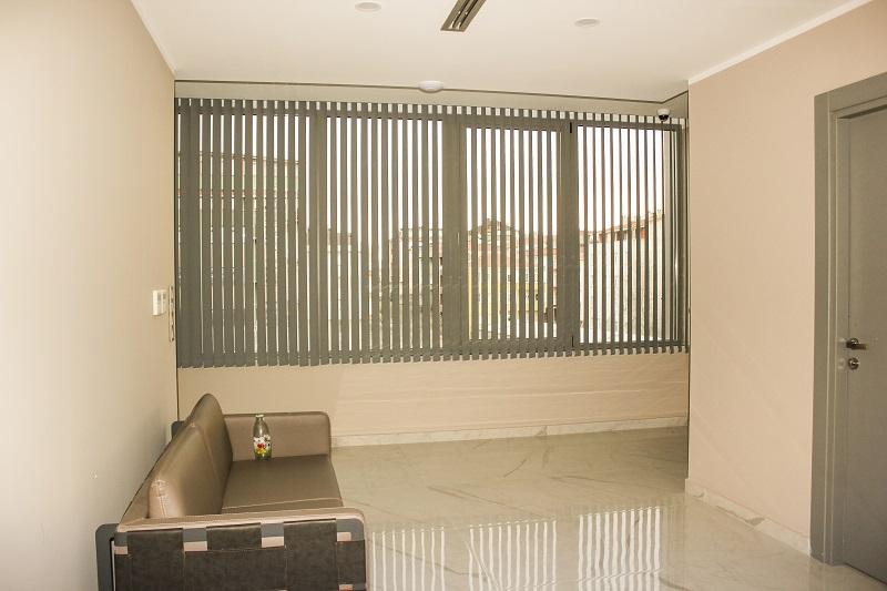 Gir renk te kullanılan dikey kumaş perdeler hem ev hem ofis ve iş yerlerinde çok güzel durmaktadır. Kullanımı diğer pvc modellerine göre kullanışlıdır