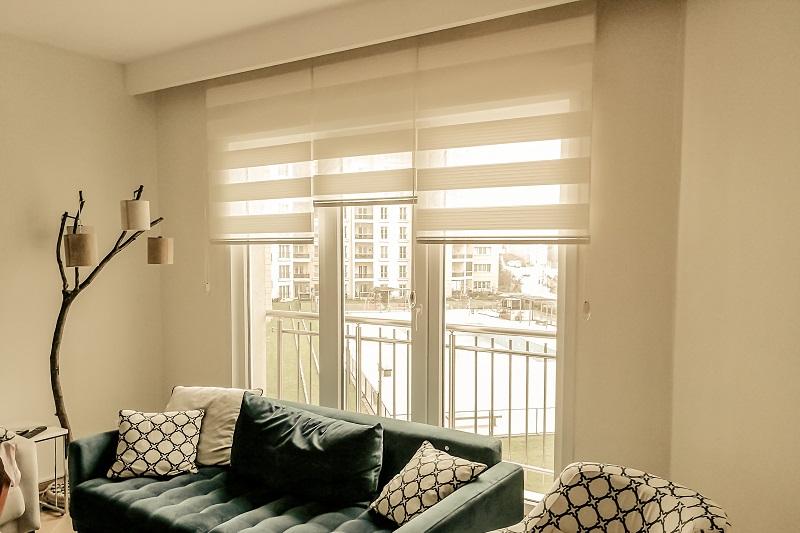 Modern çizgilere sahip mobilyaların kullanıldığı alanlarda tercih edilen zebra perde modelleri, aksesuarlarla uyumlu olarak sadeliğin yansıtılmak istendiği odalara asılabilir. Uygun perdenin seçiminden önce kullanılacağı odada yakalayacağı etkinin üzerinde durulması gerekir.
