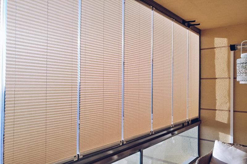 Cam balkon sistemlerinin çok tercih edilmesi ile beraber plise perde modelleri de satılmaya başlandı. Her renk kumaş ve renk çeşidi olan bu ürünlerin temizliği de çok rahattır.