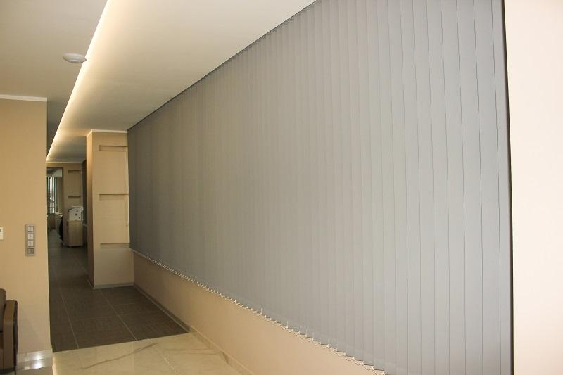 Dikey perde modelleri daha çok pvc olarak bilinse de resimde görüldüğü gibi kumaştan da yapılabilir. Genelde ofislerde kullanılan dikey perdeler artık evlerde de sıklıkta kullanılmaya başlanmıştır. Yapılan odaya daha ferah ve modern bir etki yaratmaktadır.