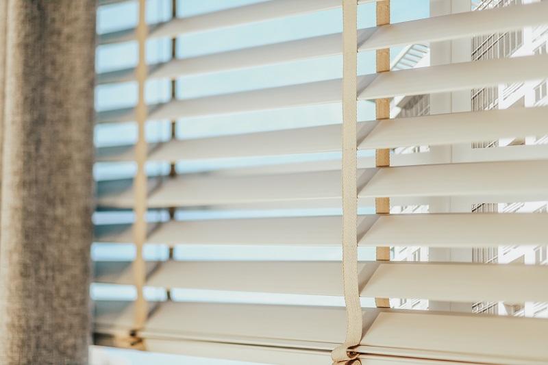 Ahşap jaluzi perdeler doğal ve modern alanlarda çok iyi sonuçlar vermektedir. İsteğe göre 50 veya 25 mm olacak şekilde üretilebilir.