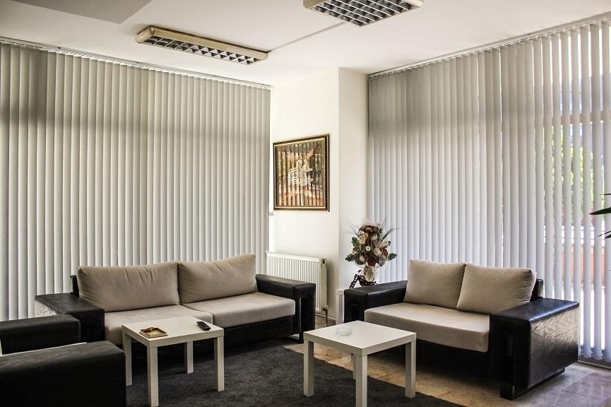 Dikey perdelerin en çok kullanılan renkleri gri renklerdir. Ofislere kurumsal bir hava katar