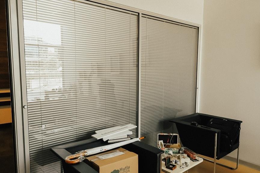 Jaluzi perdeler, ofislere ve evlere özel modellerle üretilmektedir. Dizayn ve desen çalışmalarına özel stor, zebra ve jaluzi perde çeşitleri, etkili bir uyuma sahiptir.
