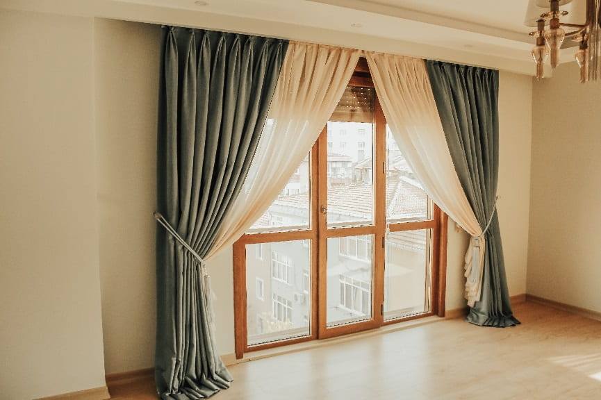 Perde anlayışını tam anlamıyla ortadan kaldıran bu ürünler, yeni evlenenler, evini yenileyenler ve yeni ev alanların en çok tercih ettiği ürün içerisinde yer almaktadır.
