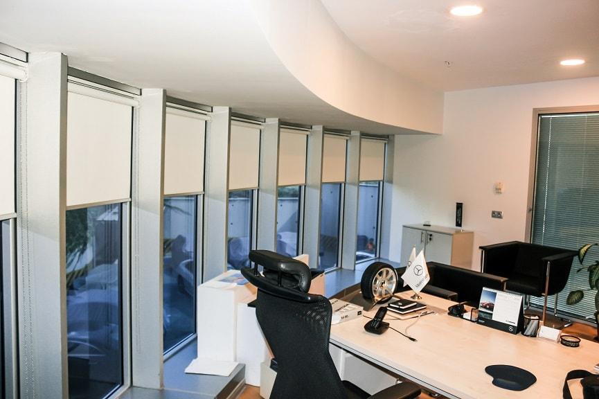 Stor perdeler arasından en bilineni olan düz stor perdeler, birçok renk çeşidi ile pencerelerinizi süslemektedir.
