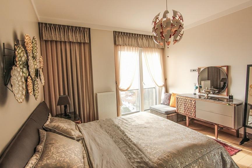 Yatak odalarında üst farbela ile beraber dikilen tül perdeler oda hoş bir görüntü katıyor
