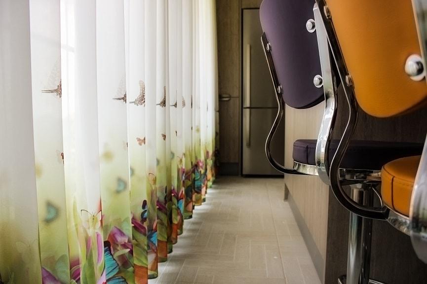 Tül perdeler geçmişte de çok kullanıldığı gibi günümüzde de çok kullanılmaktadır. Görünüm açısından kullanıldığı alana ayrı bir hava katar.