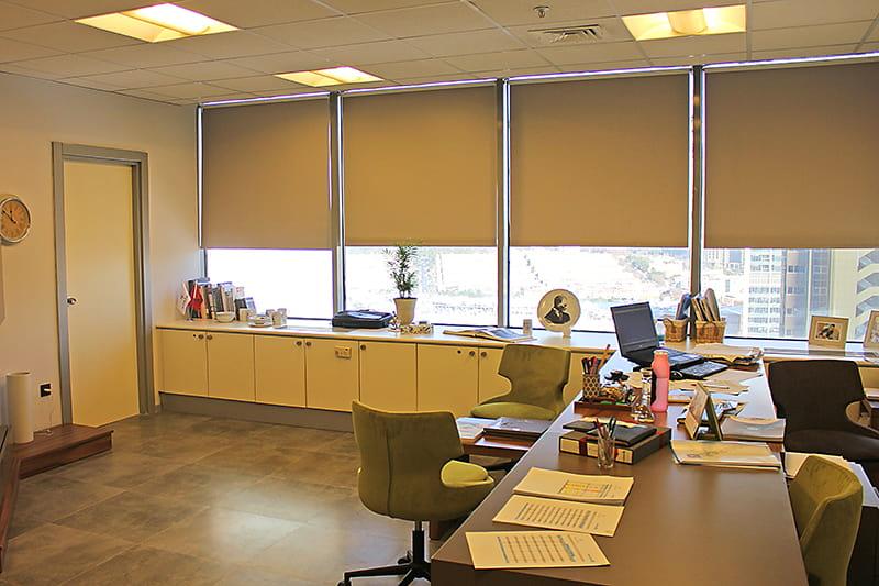 Düz polyester stor perde modellerini tek başına tül olmadan kullanmak mümkündür.