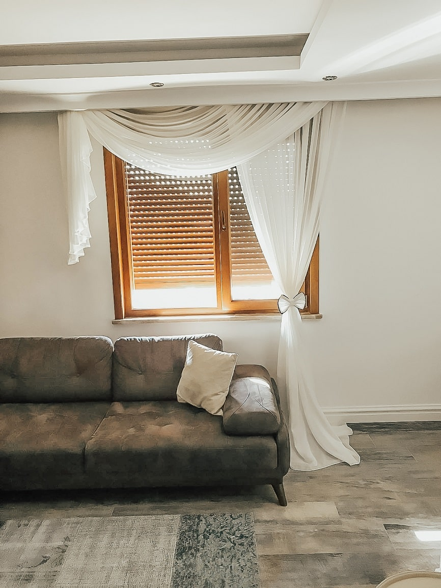 Fon perdeler her ne kadar kumaş olarak tasarlansalar da kendi tülünden yada farklı bir tülden de yapılabilir.